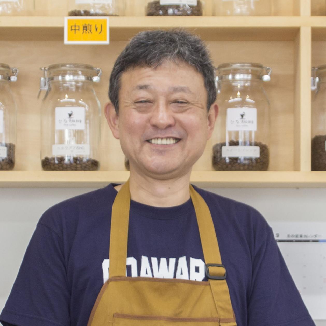 小田急「螢田」駅前で自家焙煎珈琲店〈ひな珈琲〉を経営する池上直樹さんは、25年間勤めた教員を辞め、老舗のコーヒー店で一から修行してお店を開きました。先の見えた安定よりも新たな道でのチャレンジを選んだ池上さんですが、決 […]